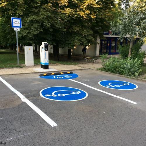 Újabb elektromos töltőállomásokat alakítottak ki Sopronban
