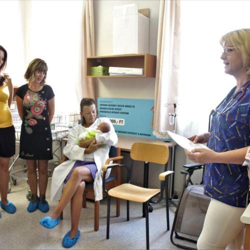 Soproni Gyógyközpont: Horgolt polipokat adományoztak koraszülött babáknak