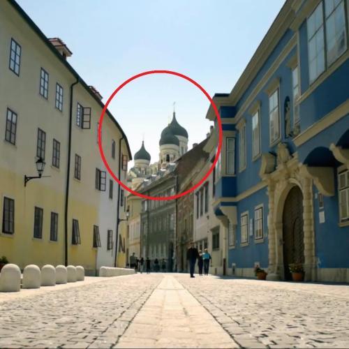 Ismerős a belvárosi utca igaz? Az ortodox kupolák is?