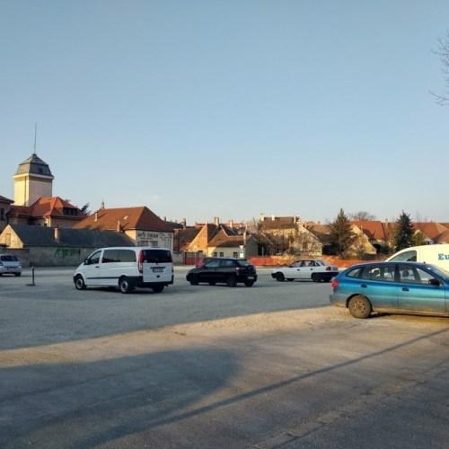 Nagyszerű murvás parkoló lett a parkolóház helyén