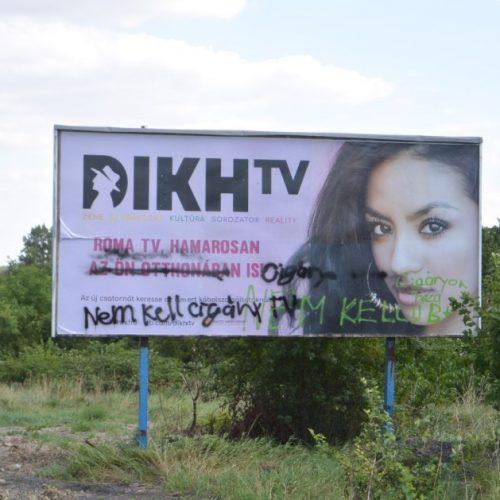 Gyalázkodó rasszista felirat egy soproni óriásplakáton