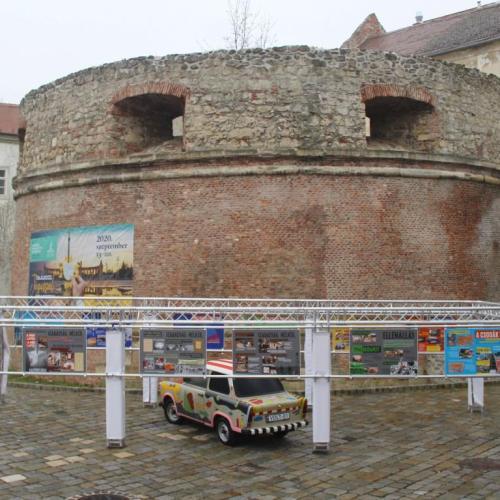 A Terror Háza vándorkiállítása Sopronban a Rondellánál