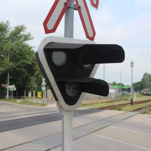 Kevesebb várakozási idő: Átalakította a GYSEV Zrt. a Kossuth Lajos utcai vasúti átjárót