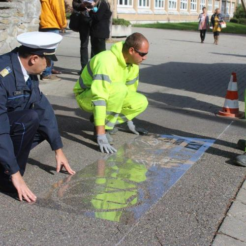"""""""NÉZZ FEL!"""" feliratokat festettek a forgalmas soproni gyalogátkelőkhöz"""