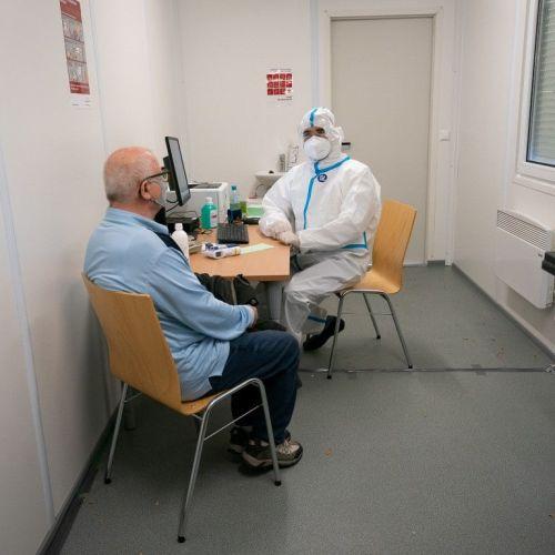 Bécs: Koronavírus-szűrés mobil orvosi rendelőkben