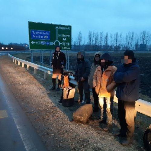 Nem az M85-ös autóút átadásának hírére indultak meg ezek a migránsok