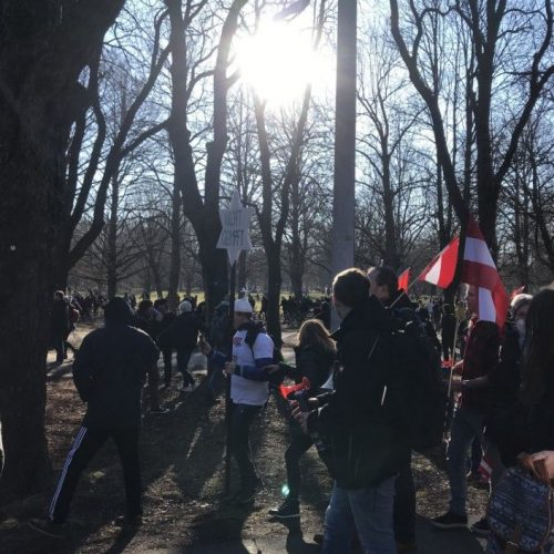 Erőszakos hangulatba csapott át koronavírus-járvány miatti tüntetés Bécsben