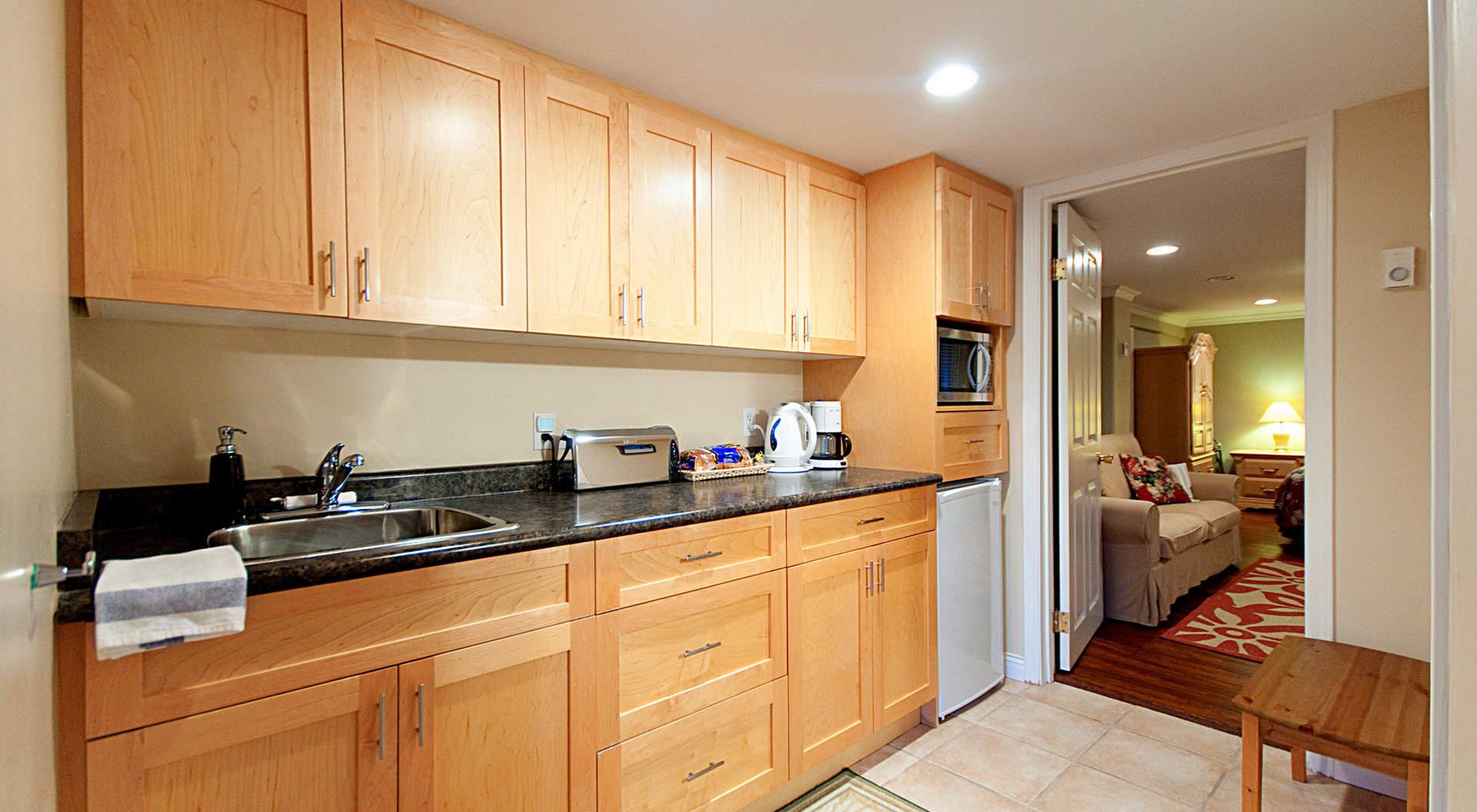 lg kitchen suite end cabinet 2913 west 28th avenue 西温哥华住房与地产 加拿大不列颠哥伦比亚省 com top of page 小厨房 玉兰套房
