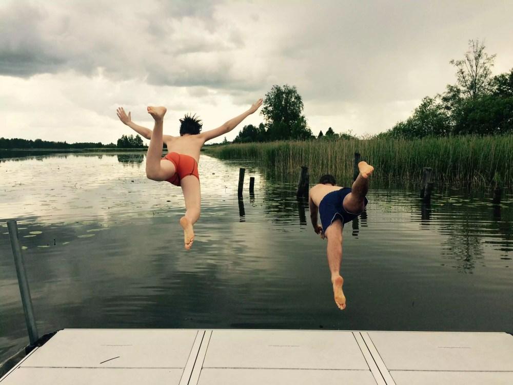 Två konfirmander badar