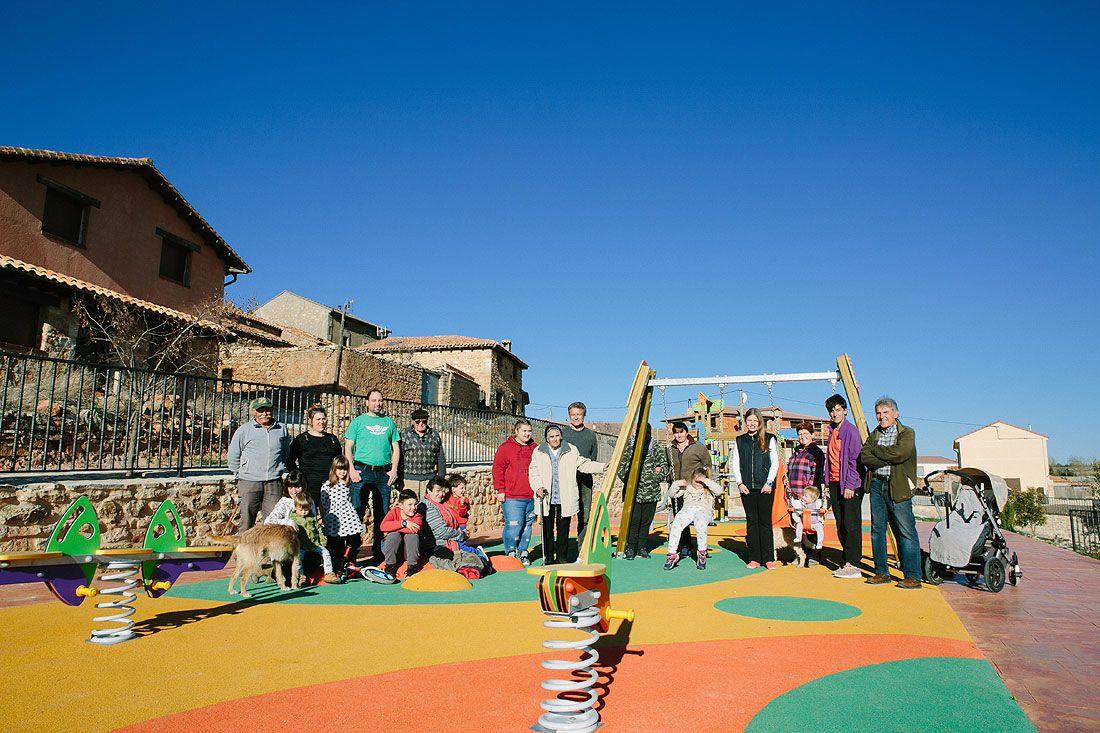 Arenillas. Medio pueblo en el Parque Infantil dedicado al alcalde Antonio Alonso Geriz