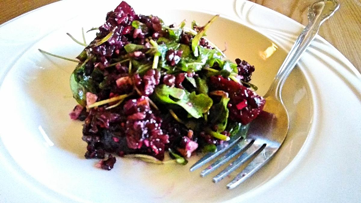 Orez negru cu sfecla rosie si migdale – sanatate in salata