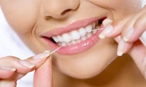 usando fio dental