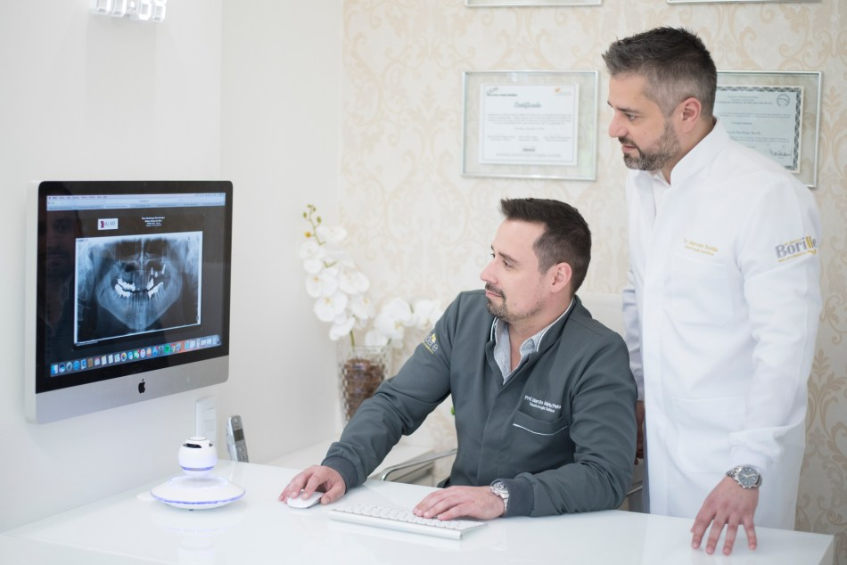 Marcelo Borille implantodontista planejando o caso co Márcio Pinto protesista
