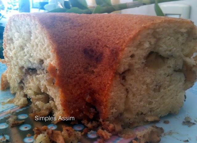 Este bolo de maçã leva pedacinhos da fruta e aroma de canela. Delicia!