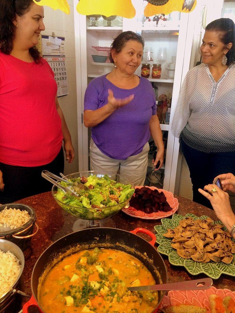 """A Zezé,a do centro, nos apresentando orgulhosamente seu """"banquete"""".à esquerda a Leiliane, do blog da Leili, e à direita, a Tânia"""