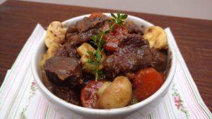 Esse cozido de carne é feito com músculo e cozido no vinho o que dá muita maciez à carne.. Verduras variadas completam o prato.