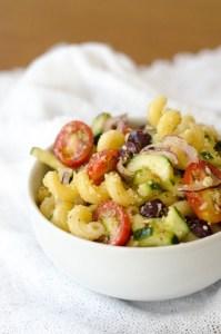Essa salada de macarrão é super fácil de prepara e leva vários legumes o que a deixa atraente e gostosa.
