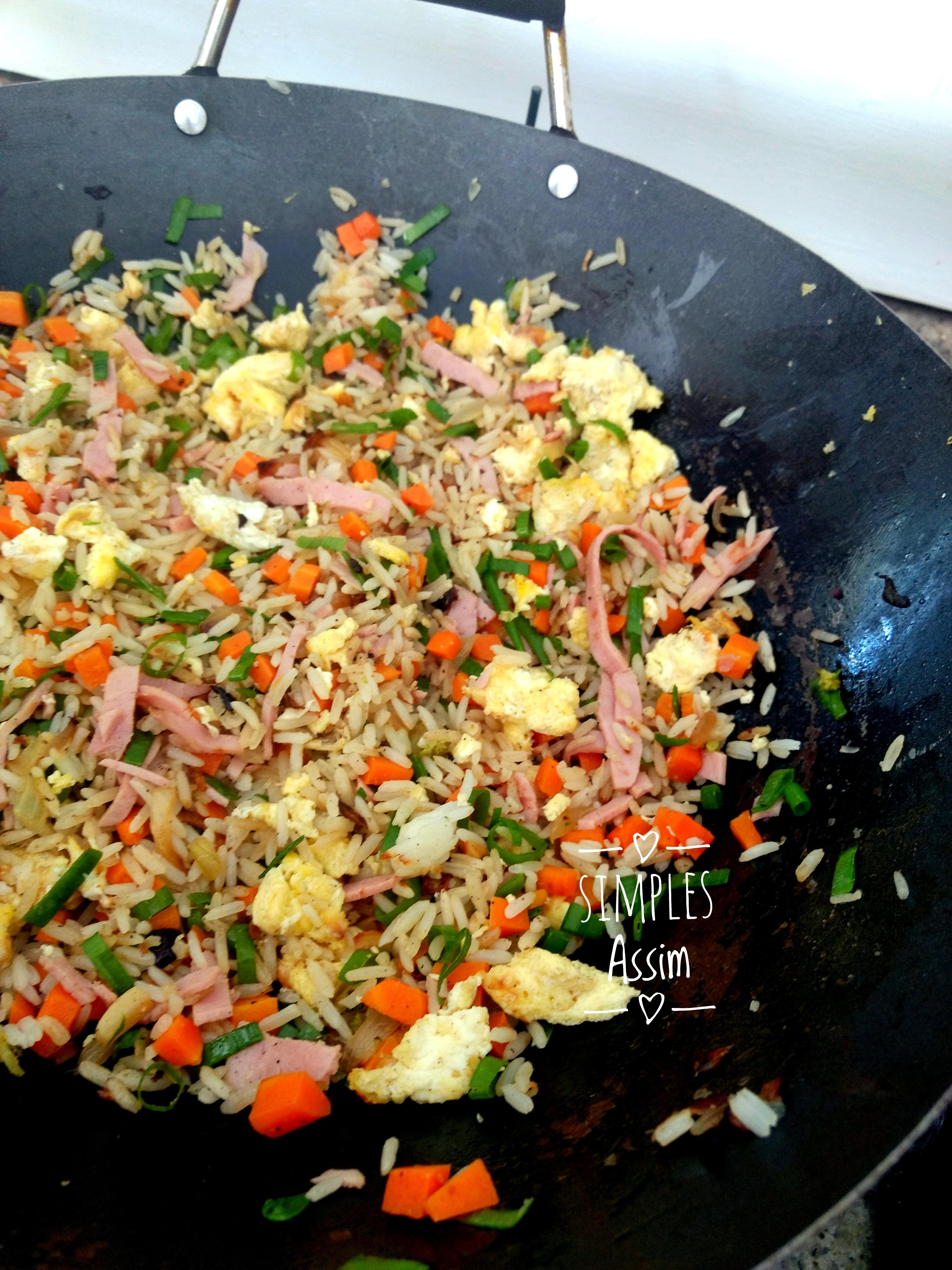 Esse arroz Yakimeshi é fácil de fazer e muito gostoso.