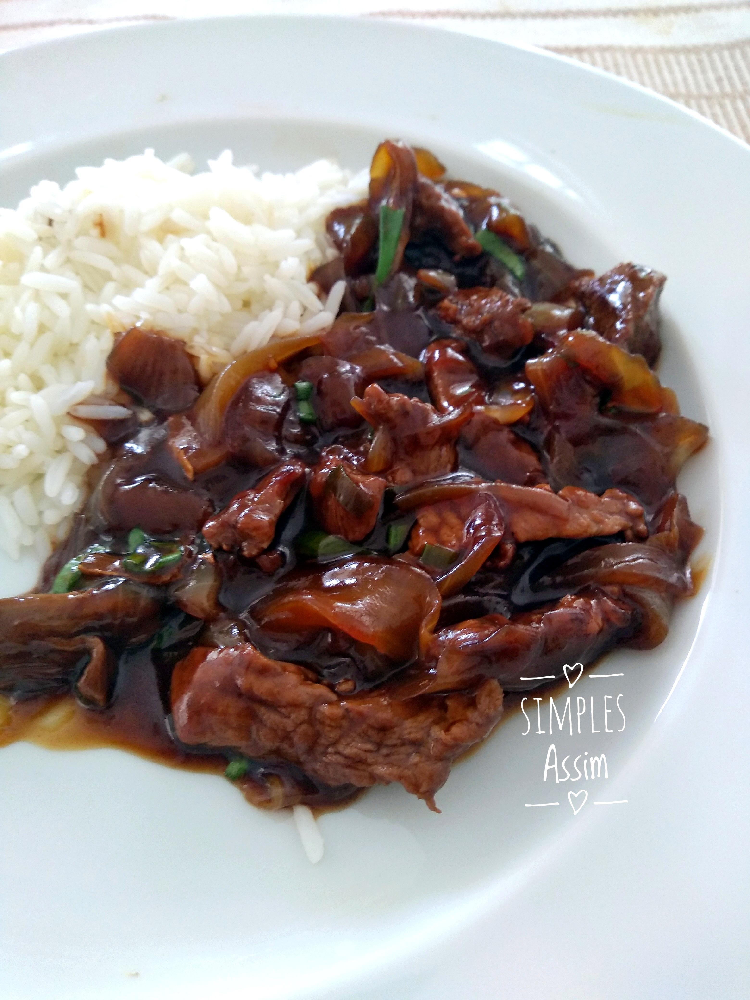 Essa carne chinesa acebolada é fácil de fazer e fica muito gostosa.