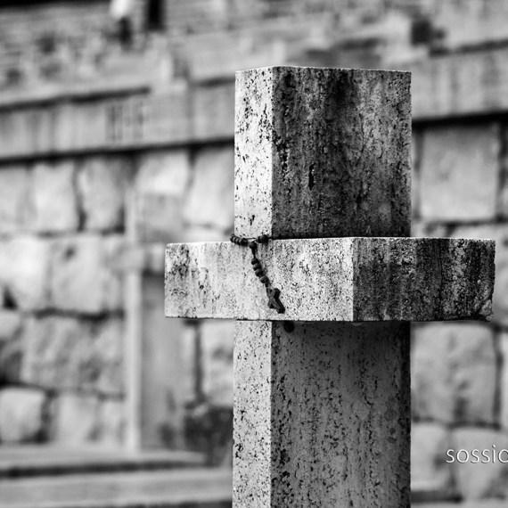 Dettaglio di croce del Cimitero di Montecassino. Foto di Sossio Mormile