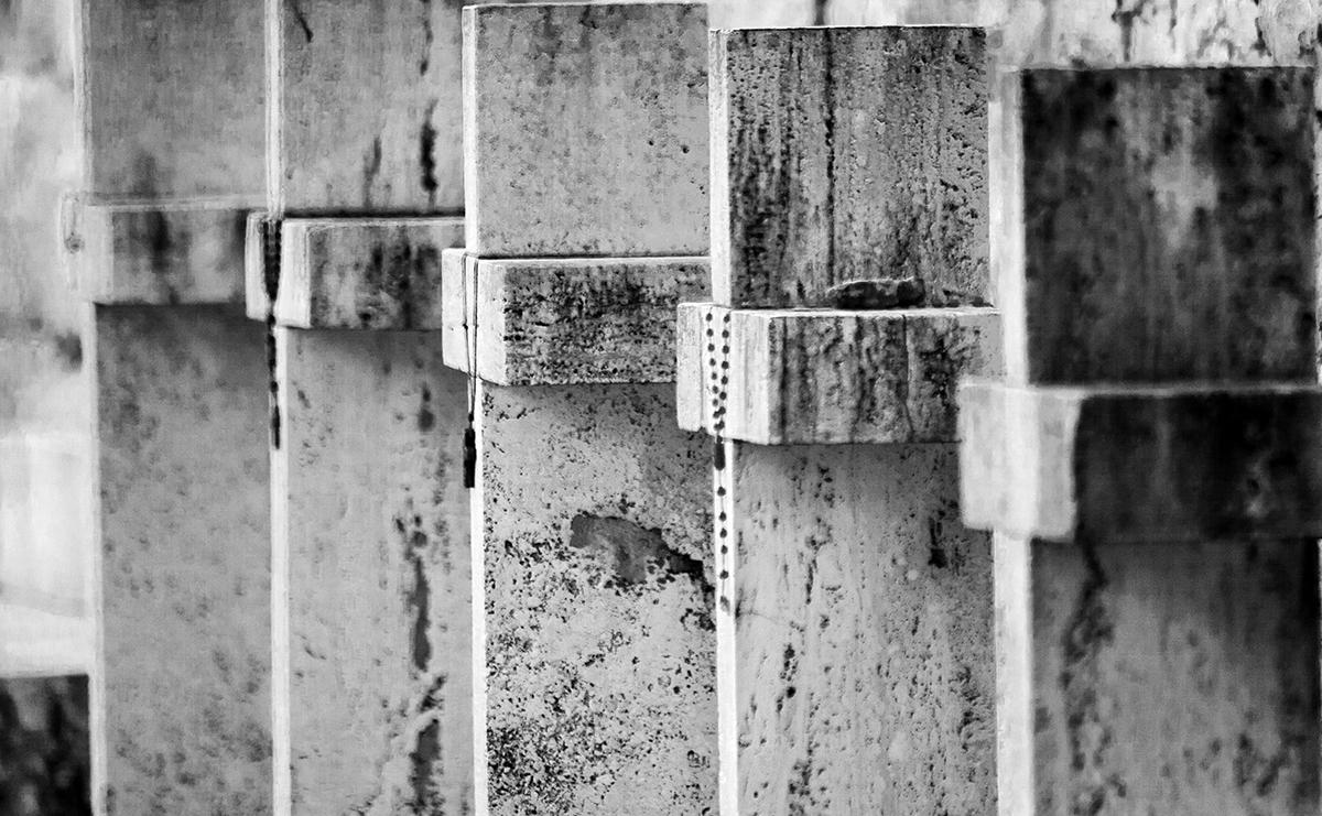 Dettaglio di croci del Cimitero di Montecassino. Foto di Sossio Mormile