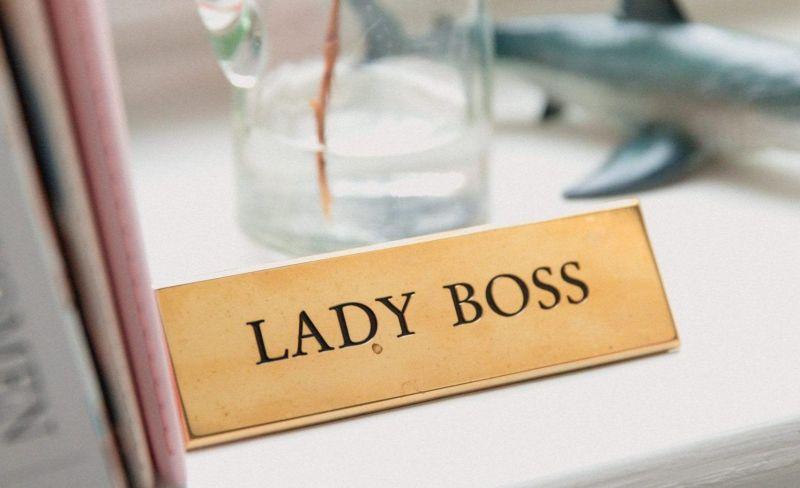 placa lady boss photo by marten bjork
