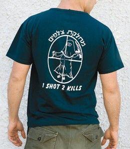 """Wzór t-shirtu stworzony na życzenie snajpera z ISO (Izraelskich Sił Obronnych), ukazujący ciężarną Arabkę na celowniku; po rysunkiem widnieje napis: """"jeden strzał, dwa trupy""""."""
