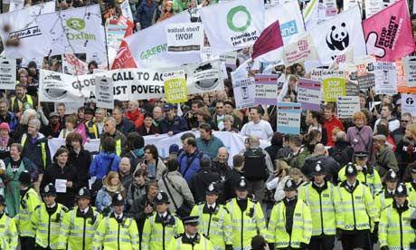 """© Toby Melville/Reuters / Demonstranci uczestniczący w marszu Put People First (""""ludzie na pierwszym miejscu""""), przemierzający centrum Londynu. Akcja rozpoczyna kilkudniowy protest szczytu G20."""