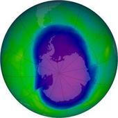 © NASA Ziemska dziura ozonowa (na niebiesko), tu w wersji z 2006 roku, może ulec powiększeniu w wyniku niektórych prób powstrzymywania zmian klimatu.
