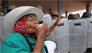 """© Orlando Sierra/Agence France-Presse — Getty Images - - Zwolennik Manuela Zelayi wzywający mieszkańców Tegucigalpy (Honduras). Demonstracje przemieniły się w brutalne starcia, kiedy """"niezidentyfikowani"""" snajperzy zaczęli strzelać ludziom w głowy."""