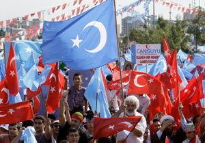 © Associated Press/Ibrahim Usta Tureccy demonstranci wymachują flagami Turcji i Xinjiang, czy też Wschodniego Turkiestanu, podczas protestu potępiającego niedawne zabójstwa w chińskim regionie zamieszkałym przez Ujgurów. Istambuł (Turcja), 12 lipca