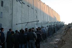 © Unknown - - Więźniowie we własnym kraju: Izraelski mur jest przyczyną udręki mieszkańców Zachodniego Brzegu, którzy każdego ranka po kilka godzin czekają w kolejce