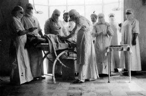 Benedetto Schiassi durante un intervento all'Ospedale Umberto e Margherita di Budrio nel 1908. Il personale medico è composto da: 1) B. Schiassi; 2) A. Testi; 3) F. Pedrazzi; 4) A. Rossi; 5) F. Schiassi; 6) A. Sanguinetti; 7) S.M. Teresa (superiora); 8) Suor Santina (prop. Archivio Montanari-Pazzaglia).