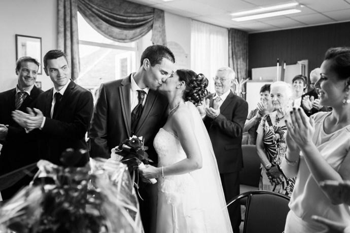 mariage-domaine-de-champgueffier-la-chapelle-iger-mairie-chanteloup-en-brie-baiser-photographe-soul-bliss