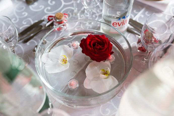 mariage-domaine-de-champgueffier-la-chapelle-iger-decoration-table-rouge-fleurs-orchidee-photographe-soul-bliss
