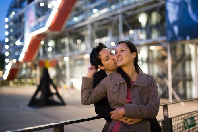 seance-engagement-paris-beaubourg-hotel-de-ville-couple-mixte-photographe-soulbliss