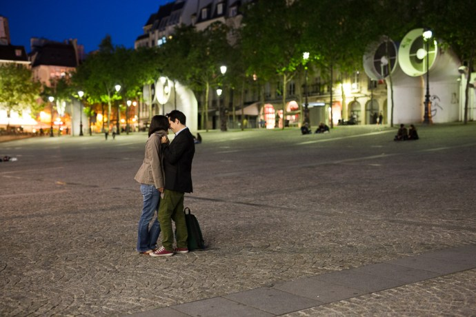 seance-engagement-paris-beaubourg-hotel-de-ville-couple-mixte-photographe-soulbliss