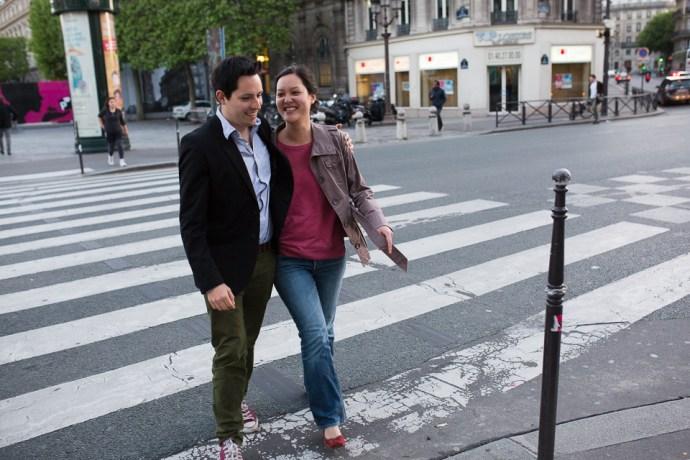 seance-engagement-paris-hotel-de-ville-baiser-couple-mixte-photographe-soulbliss