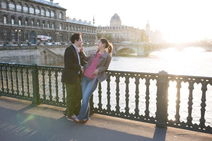 seance-engagement-paris-hotel-de-ville-couple-mixte-photographe-soulbliss