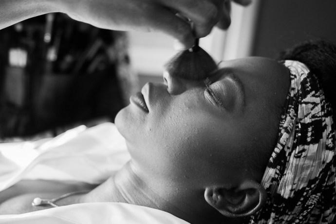 mariage au manoir de tigeaux maquillage mariée noire noir et blanc préparatifs photographe soulbliss