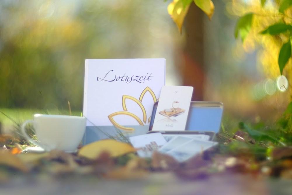 Lotuszeit und Kartenset mit einer leckeren Tasse Tee - für die liebevolle Verabredung mit sich selbst - Soulfit - Tina Wiegand - Foto Carlos Vicente de la Plaza