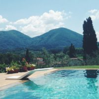 Two girls telling you why you should retreat to tuscany this summer