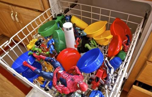 limpando brinquedos lava louça