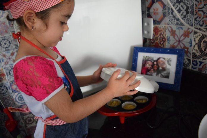 crianca-na-cozinha-receita-de-cupcake