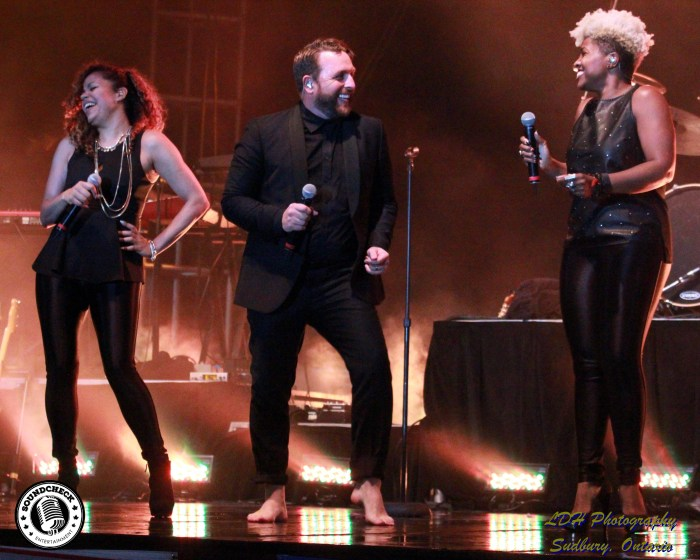 Johnny Reid barefoot at North Bay Summer in the Park