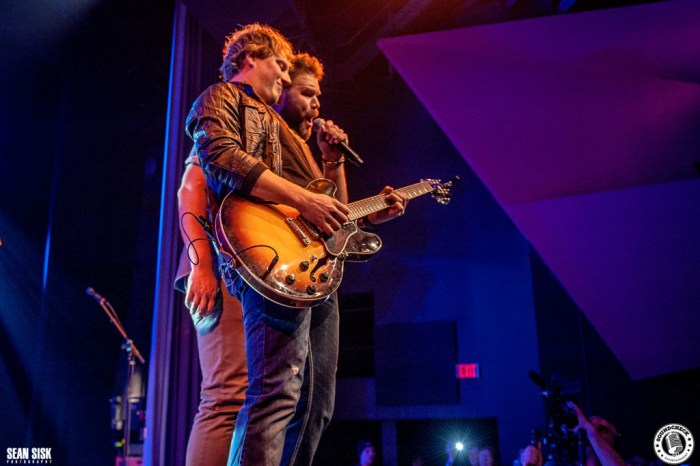 Jason Blaine & James Otto jamming out at the Three's A Party Tour stop in Ottawa - Photo: Sean Sisk
