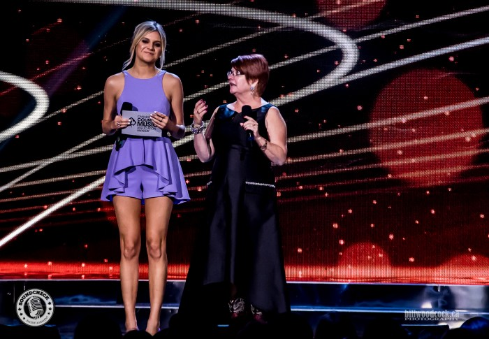 Kelsea Ballarini and Fans Choice Presenter Winner announce the Fans Choice Award - Photo: Bill Woodcock