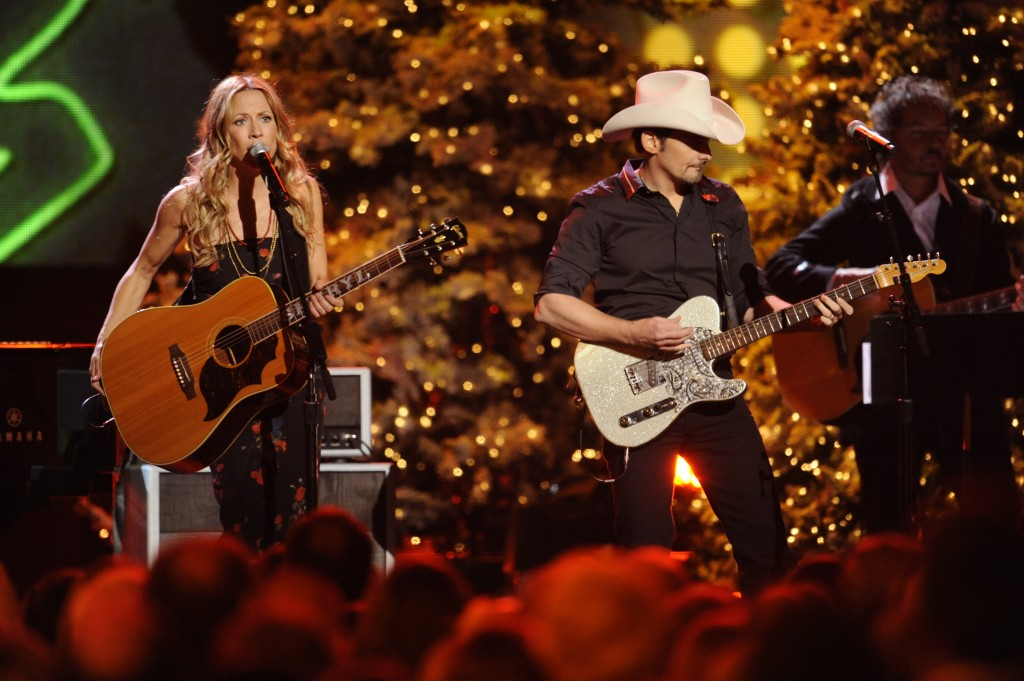 https://i0.wp.com/www.soundslikenashville.com/wp-content/uploads/2010/11/Sheryl-Crow-and-Brad-Paisley-CMA-Country-Christmas-CountryMusicIsLove-1024x681.jpg