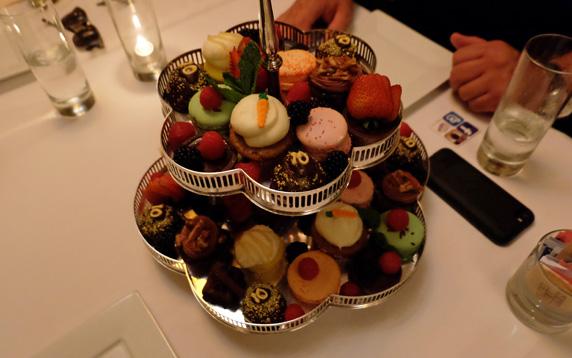 mini cupcakes & macarons