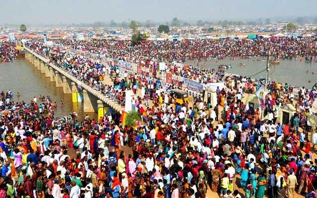 People paying rituals near the Jampanna Vagu bridge